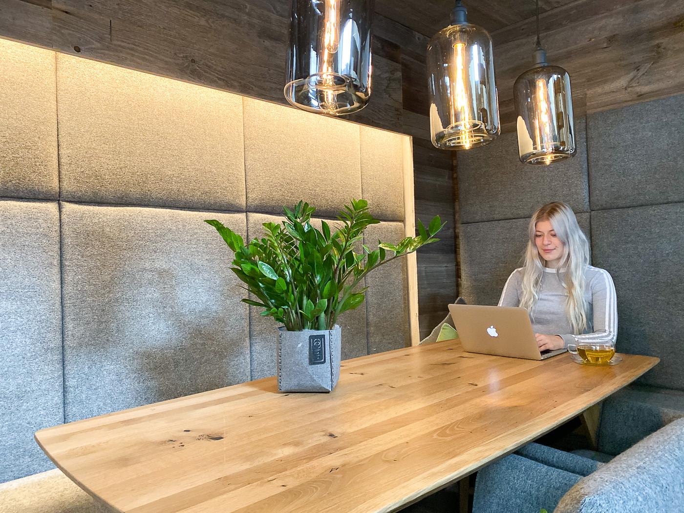 Eettafel en werktafel in het Chalet van Hotel Bergwiesengluck