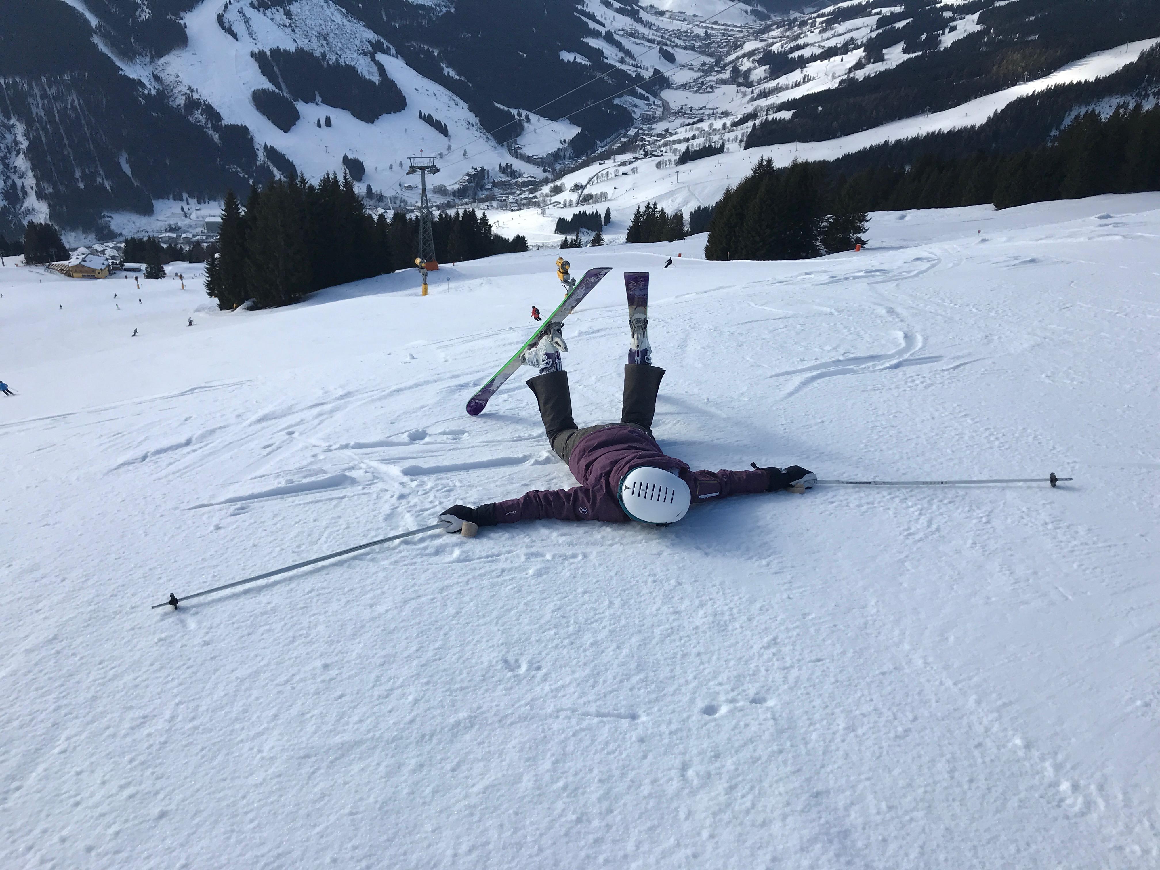 Vallen met een skihelm