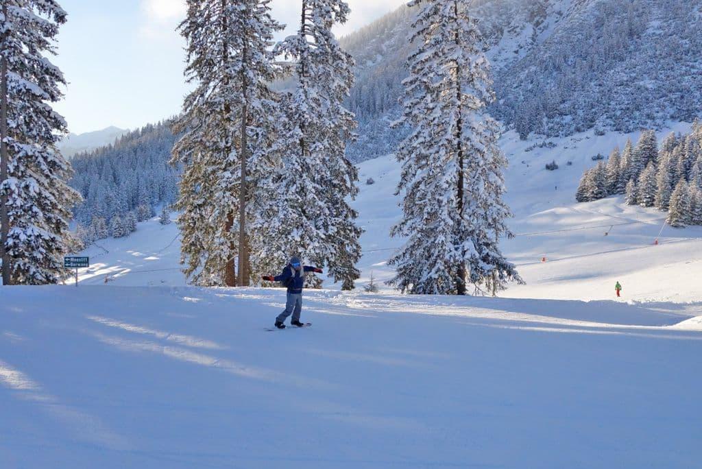 Tiroler Zugspitz Arena intermediate snowboarder on blue piste