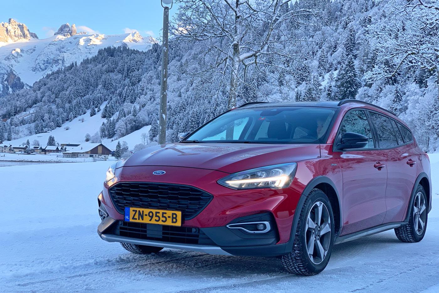 auto in sneeuw op wintersportbestemming