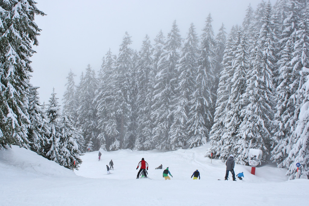 Blauwe piste verse sneeuw Montafon