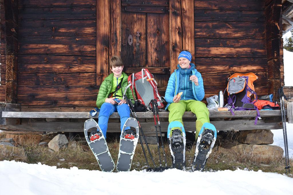 Pauze en lunchen tijdens het sneeuwschoenwandelen