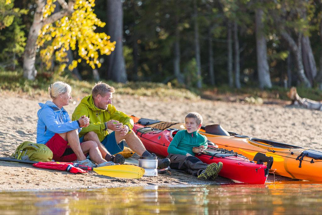 Familie met kano's aan het water