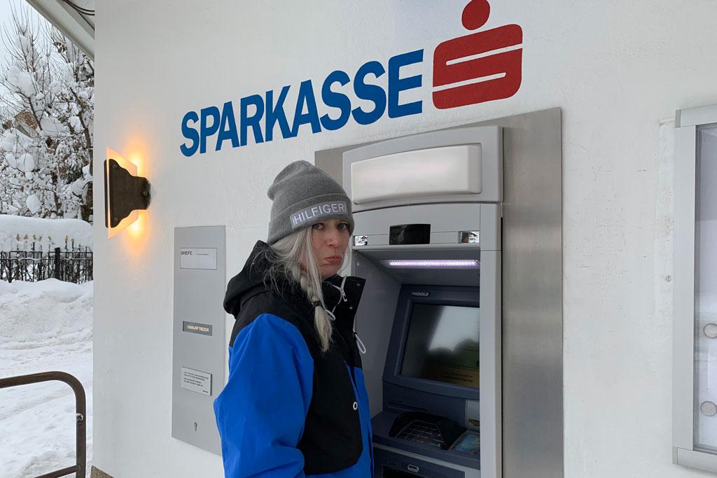 Geld pinnen bij de bank