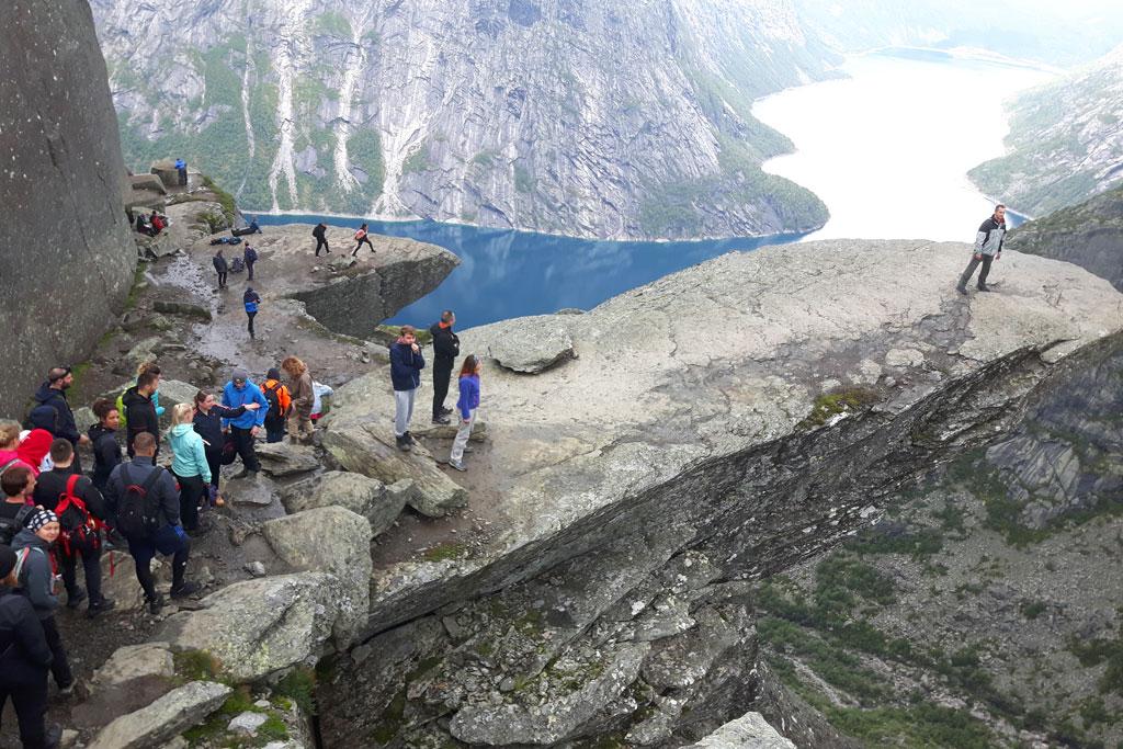 Wandelen in de bergen Noorwegen: Trolltunga
