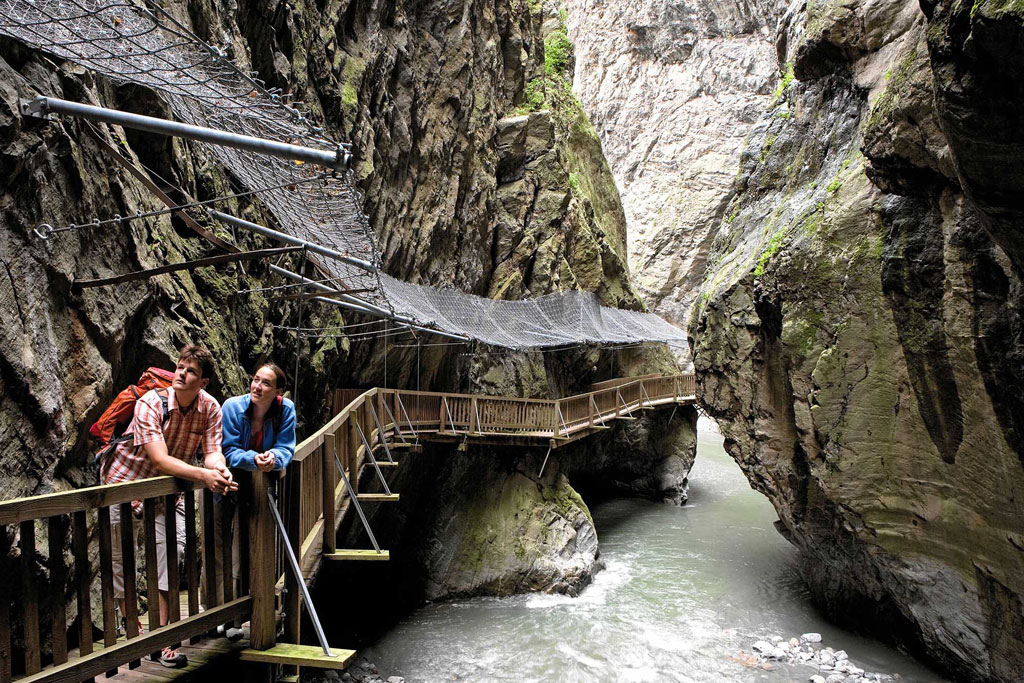 Over houten bruggen en balustrades bij Trientkloof