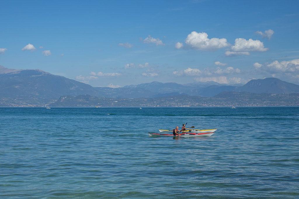 Watersport op het Gardameer, kajak op het meer