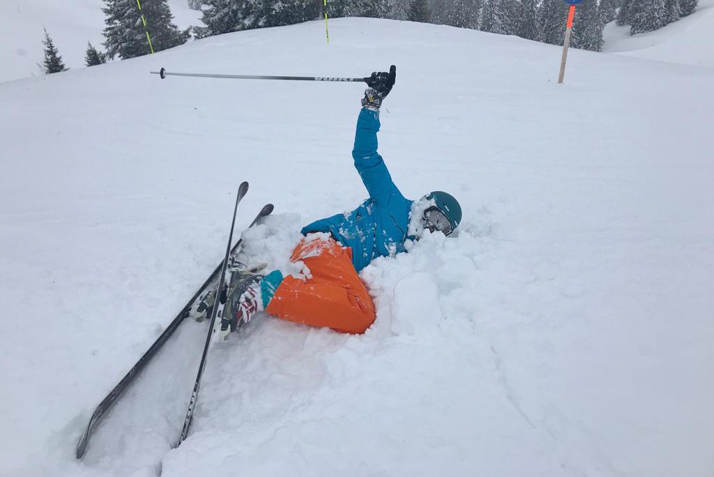 Valpartij diepe sneeuw skien