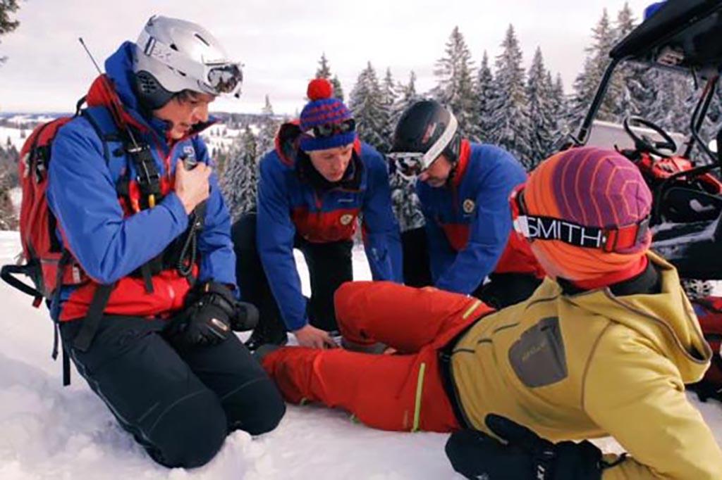 Notruf absetzen nach Skiunfall im Skiurlaub