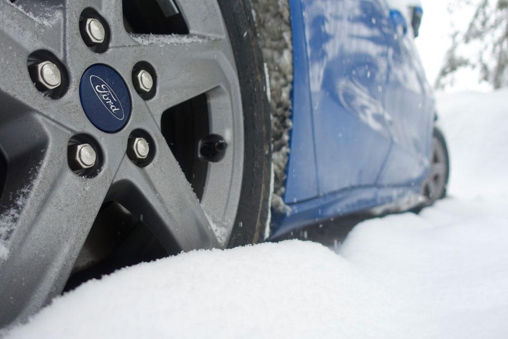 Auto in de sneeuw op wintersport