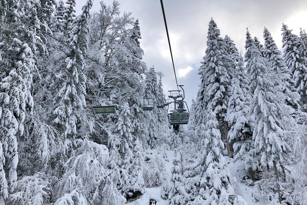 Stoeltjeslift met sneeuw
