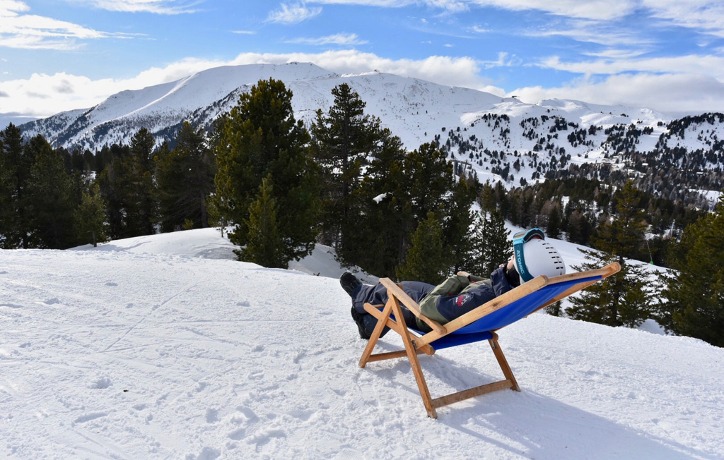Relaxen in een ligstoel wintersport