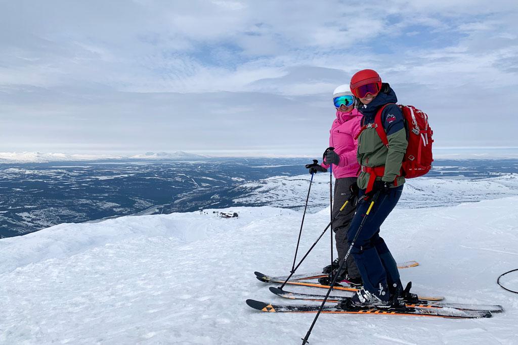 Twee skiërs op de piste in Zweden