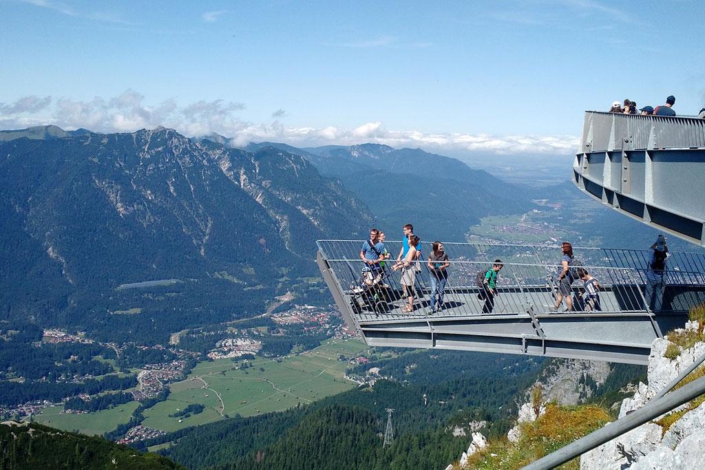 Uitzicht op Garmisch-Partenkirchen vanaf AlpspiX het uitzichtspunt bij de Zugspitze