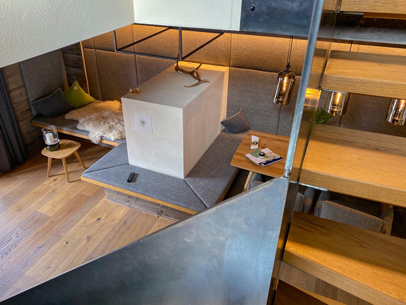 De trap en woonkamer