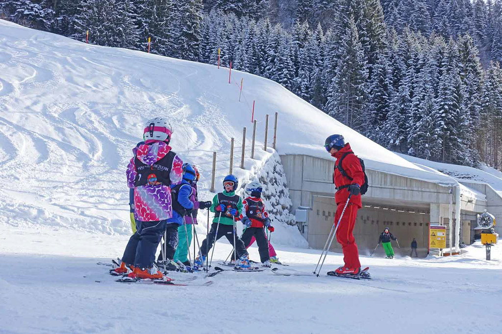 Skileraar groepje kinderen