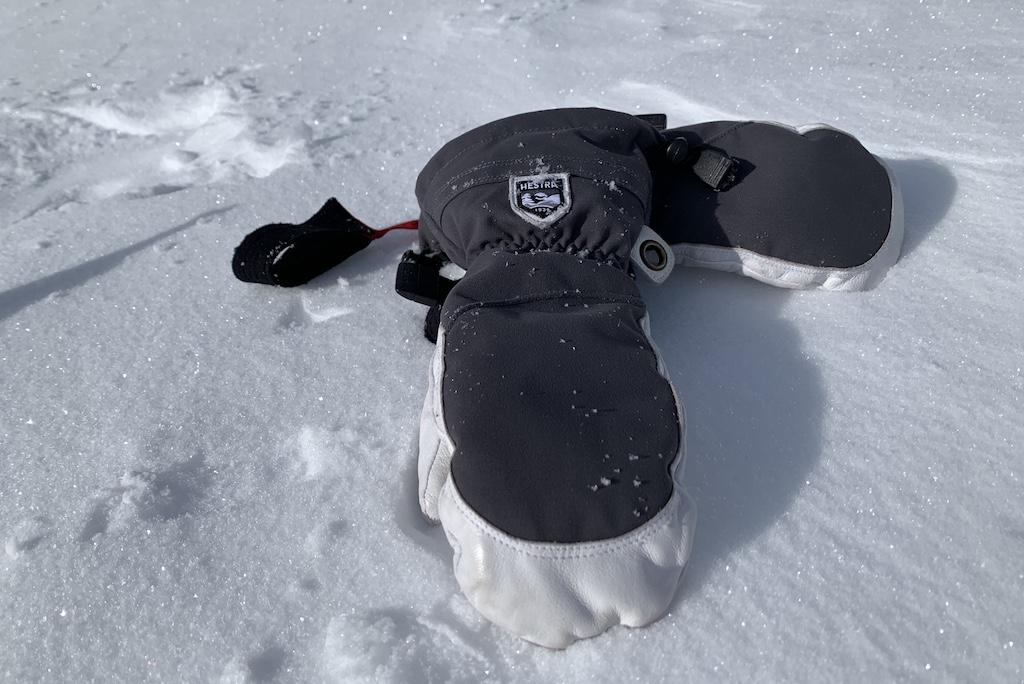 Handschoenen in sneeuw