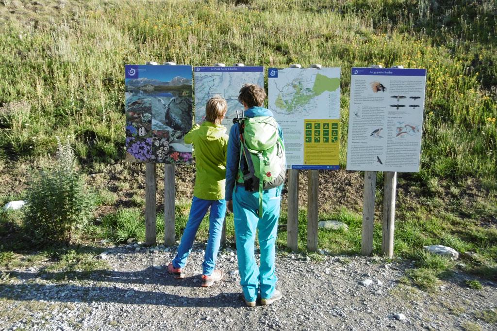 Wegmarkering van wandelpaden informatieborden bij het startpunt