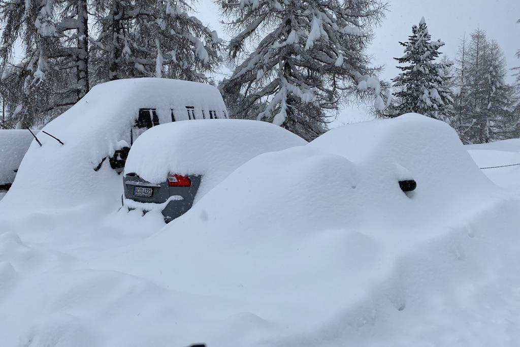 ondergesneeuwde auto's