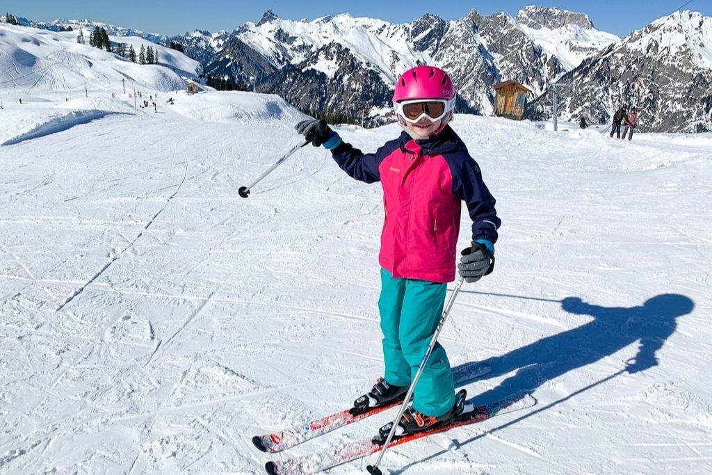 Kind auf Ski