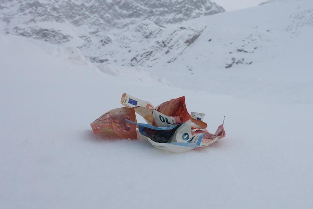 geld in sneeuw