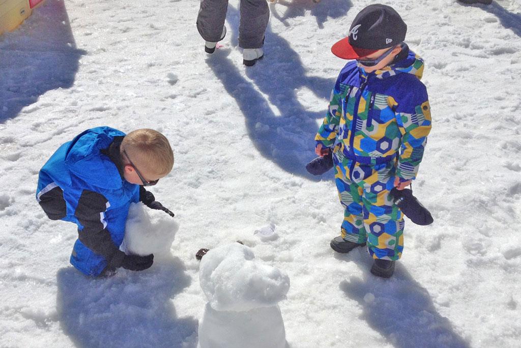Sneeuwpop bouwen wintersport