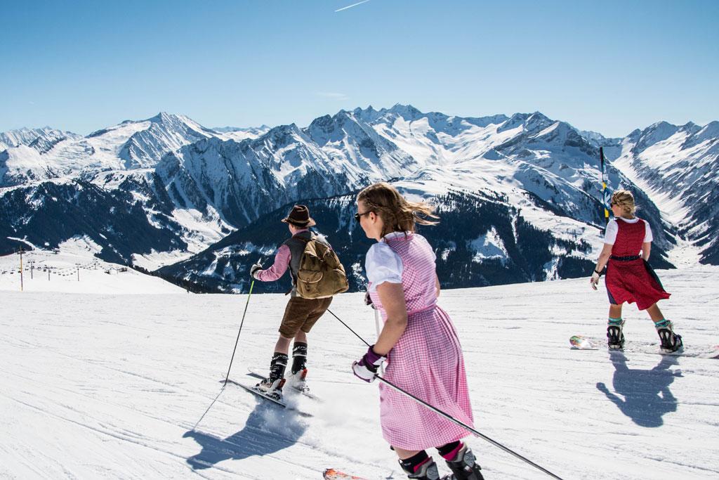 Skiën in Lederhosen en Dirndl op de piste in de Zillertal Arena