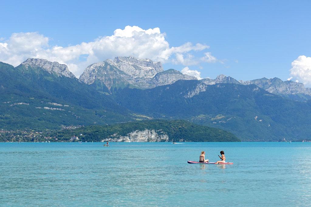 Helderblauw water en bergen van het Meer van Annecy