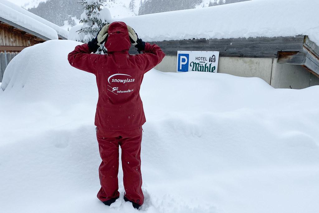Ingesneeuwde auto tijdens de wintersport