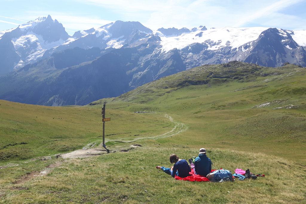 wandelaars op bergalm met zicht op Ecrin