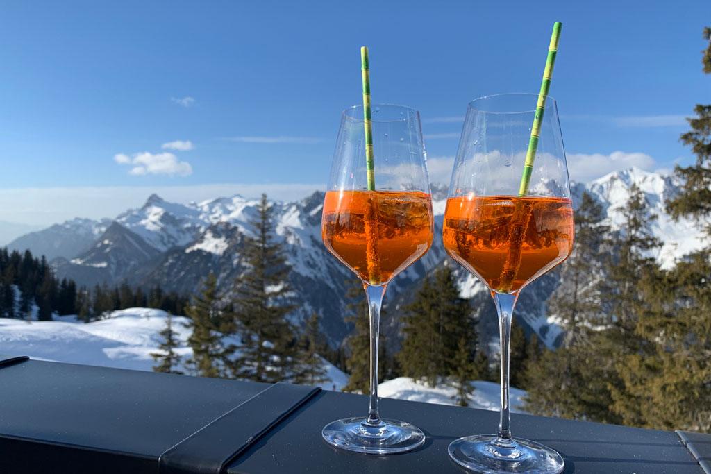 Aperol spritz in een berghut op wintersport