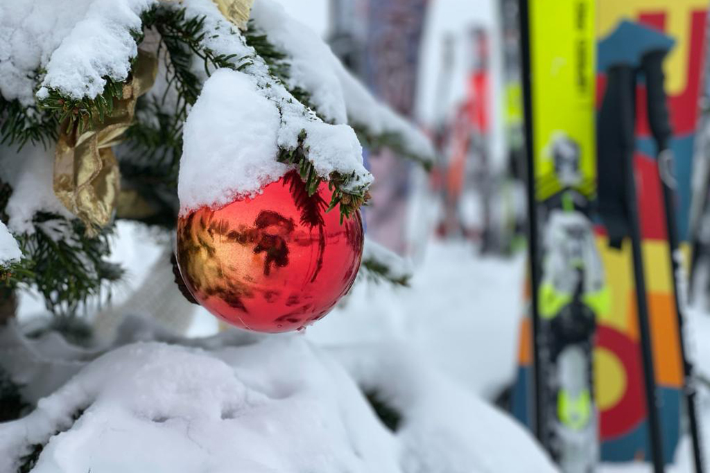 Weihnachtsbaum beim Skifahren an Weihnachten